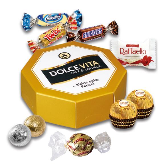 Geschenkbox in achteckiger Form gefüllt mit verschiedenen Markensüßigkeiten wie Ferrero Rocher, Raffaello, Bayleyspralinen, Miniatures Mix von Mars und Kinnertonpralinen.