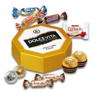 Acheckige Geschenkbox mit Druck nach Wunsch auf dem Deckel. Die achteckige Box ist gefüllt mit Markenschokolade von Raffaello, Ferrero, Celebrations, Baileys oder Kinnerton.