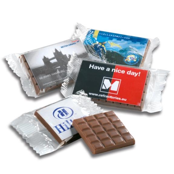 Die Schoko Täfelchen mit Karte 6g 10g 25g 50g oder 100g sind aus feinster sahniger Schokolade. Die Schokolade gibt es in Vollmilch,, Zartbitter oder Weiße Schokolade. Die Karte kann individuell bedruckt werden.