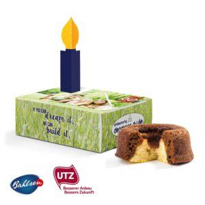 Der Bahlen Mini Kuchen in Box ist ein Mini Kuchen der Marke Bahlsen. Die Gratulationsbox aus Karton kann individuell bedruckt werden. Mit symbolischer Kerze zum Ausbrechen und Aufstecken auf die Gratulationsbox.