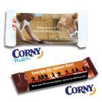 Corny Müsliriegel mit individuell bedruckter Banderole aus Karton. Die Corny Müsliriegel gibt es in vier verschiedenen Geschmackssorten.