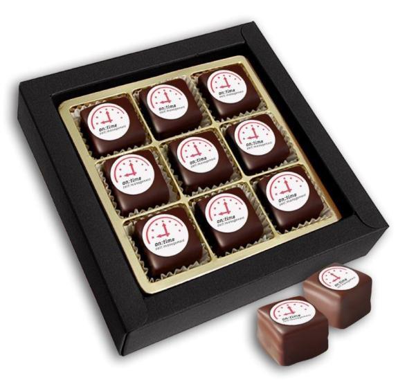 Dominosteine mit Logo verpackt zu 9 Stück in Geschenkverpackung mit Klarsichtdeckel. Dekoraufleger individuell mit Logo bedruckt.