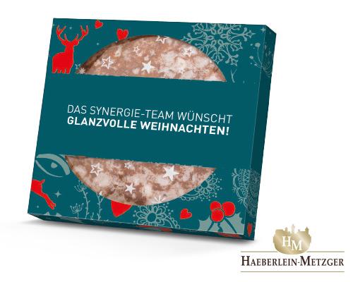 Ein Elisen-Lebkuchen ist verpackt in einer individuell bedruckten Präsentverpackung. Der Elisen-Lebkuchen ist von der Marke Haeberlein-Metzger.