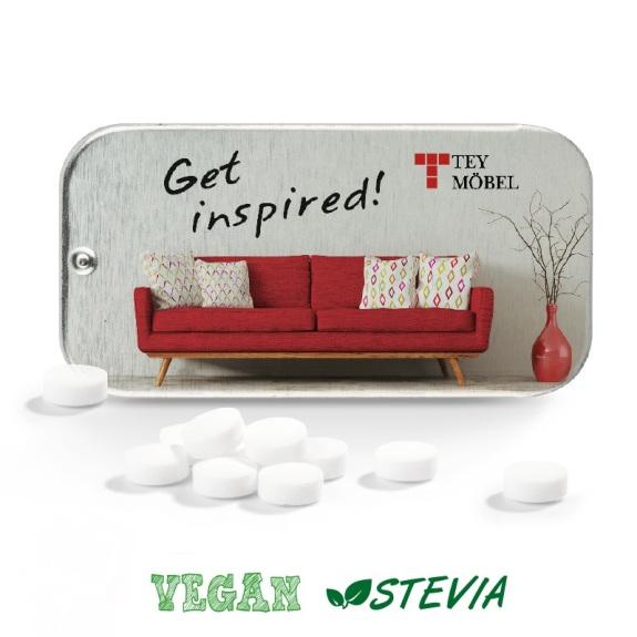 Flat Box mit Schiebedeckel mit Werbedruck auf dem Deckel. Gefüllt ist die Flat Box mit zuckerfreien veganen Pfefferminzpastillen.