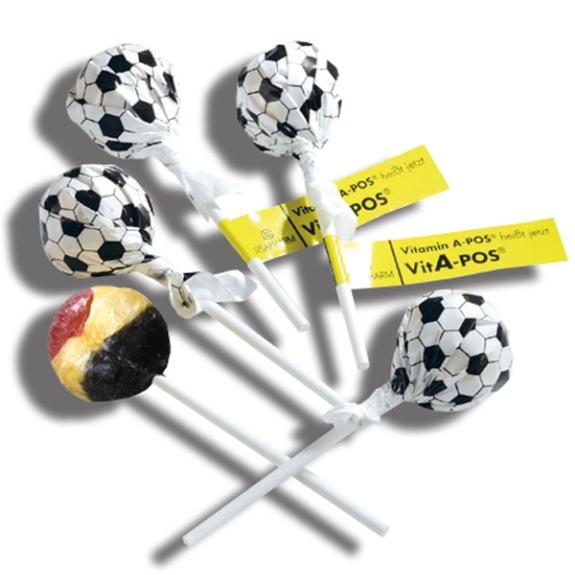 Der Fußball Lolly ist in schwarz-weißer Fußballfolie. Am Stiel wird ein Fähnchen angebracht, dass individuell bedruckt werden kann.