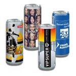 Getränke Dosen mit Werbedruck gefüllt mit einem Iso Drink, Energy Drink, Latte Macchiato oder Bier.