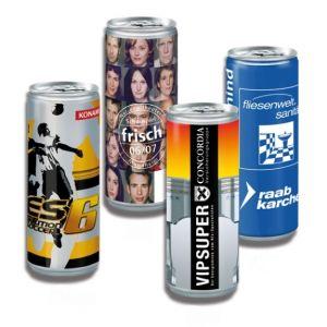 Die Getränke Dosen mit Werbedruck gibt es in 3 verschiedenen Geschmackssorten. Die Dosen sind gefüllt mit einem Energy-Drick, Iso-Drink oder Latte Macciato. Die Getränke Dosen können individuell bedruckt werden nach Wunsch.