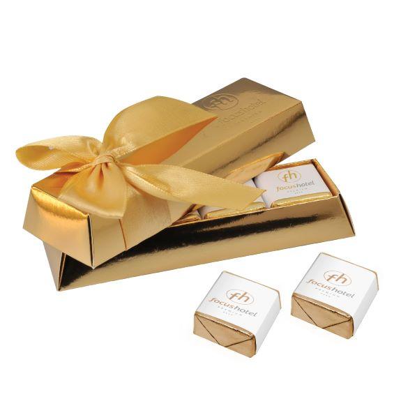 Goldbarren Box mit individuller Prägung und gefüllt mit Schokoladen Würfeln mit individuellem Druck als Werbeartikel.