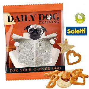 Die Happy Mix Cracker Werbetüte ist gefüllt mit Laugengebäck, Salzcrackern und Mohn-Sesam-Crackern der Marke Soletti. Die Folie der Werbetüte kann individuell bedruckt werden.