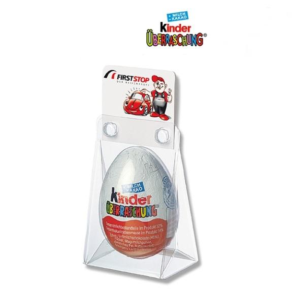 Kinder Überraschungs Ei von Ferrero im Kunststoffblister mit Werbekarte. Ein Kinder Überraschungs Ei ist verpackt in einem transparenten Blister. Weiterhin wird eine Karte mit individuellem Druck an dem Blister befestigt.