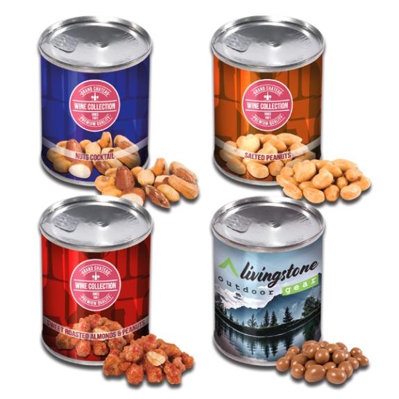 Die Knabbereien in Dose sind gefüllt in einer silbernen Dose mit Aufreißdeckel. Die Dose kann individuell bedruckt werden. Es gibt vier verschiedene Geschmackssorten an Nüssen.