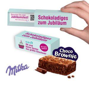 Milka Choco Brownie mit Schokoladenstückchen. Verpackt in einer Schiebeverpackung. Die Schiebeverpackung wird individuell bedruckt nach Wunsch innen und außen.