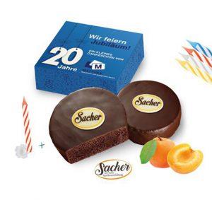 Mini Törtchen Sacher mit Zartbitterschokolade und Aprikosenfüllung. Verpackt ist das Mini Törtchen Sacher in einer Geschenkverpackung, die individuell bedruckt werden kann nach Wunsch.