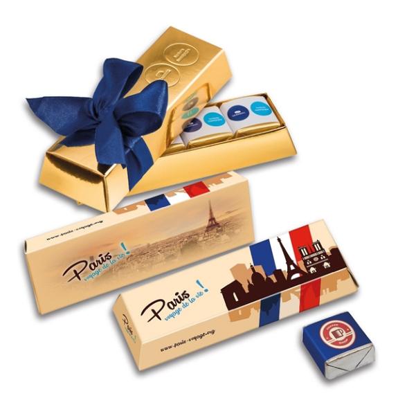 Die Praline Goldbarren Box mini kann individuell geprägt werden auf der Oberseite der Box. Aber auch die Banderole auf jeder Praline kann individuell bedruckt werden. Die Goldbarren Box ist gefüllt mit 3 oder 4 belgischen Pralinen in der Geschmackssorte Schoko.