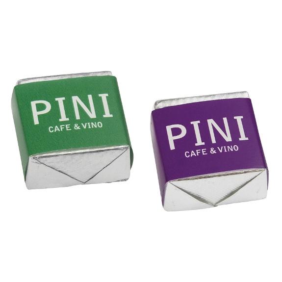 Die Praline mit Banderole wird individuell bedruckt auf der Banderole nach 4c Euroskala. Jede Praline ist einzel verpackt in silbernem oder goldenem Alupapier. Die Geschmackssorte ist Schoko.