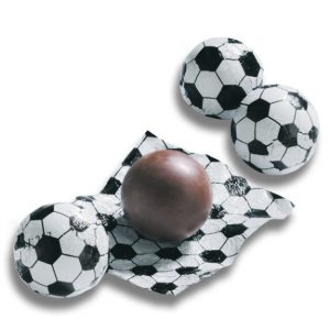 Der Schoko Fußball in Stanniol ist aus deutscher Vollmilchschokolade einzeln gewickelt in Fußballfolie.