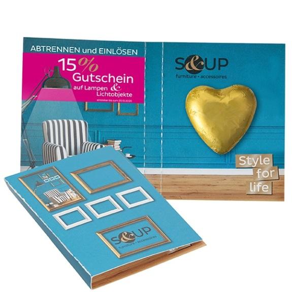 Schoko Herz Briefchen mit individuellem Werbedruck auf allein Seiten der Klappkarte. Ein Schoko Herz wird aufklebt in eine Klappkarte. Die Klappkarte kann auf der Innenseite und Außenseite individuell nach Kundenwunsch bedruckt werden.