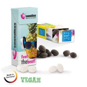 Die Slim Box mit individuellem Werbedruck ist gefüllt mit ungewickelten Bonbons. Die Bonbons gibt es in 3 verschiedenen Geschmackssorten. Die Slim Box kann individuell bedruckt werden nach Wunsch.