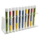 Display Ständer für Reagenzgläser die gefüllt sind mit Schokolinsen.