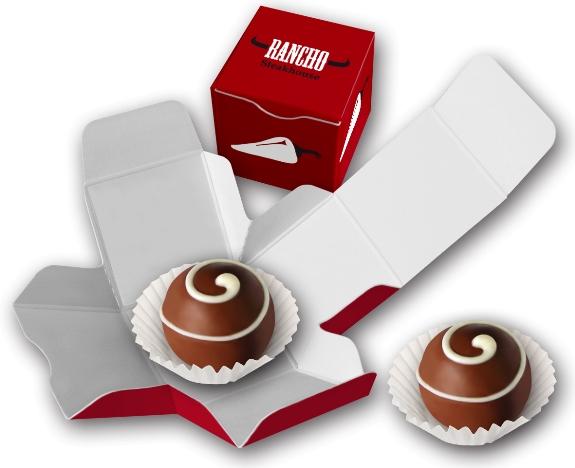 Der Trüffel-Würfel ist ein Würfel aus Karton, gefüllt mit einer Trüffelpraline. Der Trüffel-Würfel kann individuell bedruckt werden nach Wunsch.