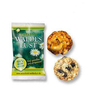 Vital Kekse mit Werbedruck 1er ist ein Vital Gebäck in zwei Geschmackssorten. Einmal mit Sonnenblumenkernen und Korinthen, zum anderen mit Cashewkernen und Erdnüssen. Die Vital Kekse sind einzeln in Folie Verpackt. Die Folie kann individuell bedruckt werden.