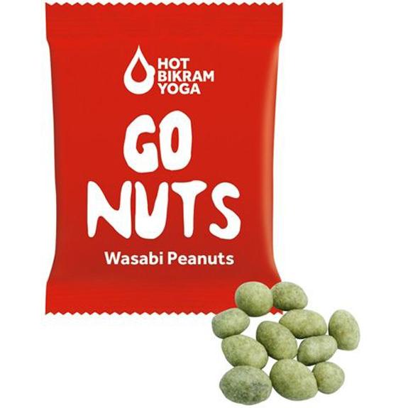 Wasabi Crispers sind Erdnüsse mit Merrettich überzogen und scharf. 15g sind verpackt im Werbetütchen mit individuellem Druck.
