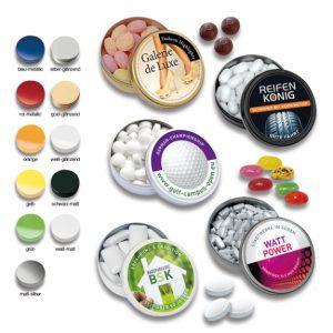 XS Taschendose mit Werbedruck auf dem Deckel. Mit zwölf verschiedenen Füllvarianten und 11 verschiedenen Dosenfarben möglich.