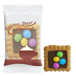 Kleiner viereckiger Keks der Marke Leibniz, mit Vollmilchschokolade und Schokolinsen.