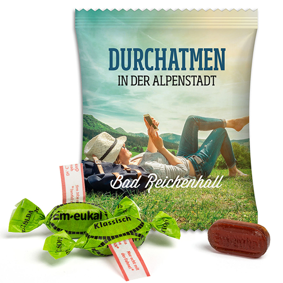Em Eukal Bonbons in Werbetüte mit Werbung aufgedruckt. Individueller Druck auf Werbetüte mit 2 Em Eukal Bonbons.