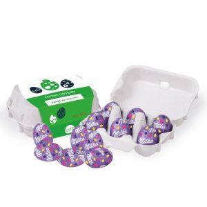 Die Milka Ostereier sind zu 6 Stück verpackt in einem Eierkarton aus Pappe. Die Eierverpackung ist mit einer Banderole versehen, die individuell bedruckt werden kann.