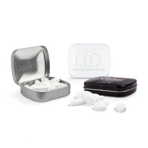 Die klappdose ist individuell geprägt auf dem Deckel. Gefüllt ist die Klappdose mit Pfefferminzpastillen der Marke Pfeffi. Die Klappdose gibt es in den Farben, weiß, schwarz und silber.