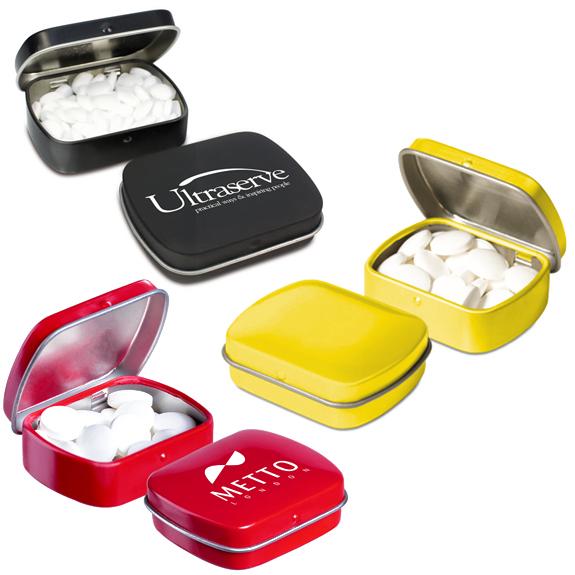 Metalldose klein mit Pfefferminz gefüllt und mit Klappdeckel zum Aufklappen und individuell bedruckt mit Logo.