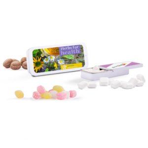 Die Schiebedeckeldose ist flach und aus Metall in weiß. Die Schiebedeckeldose ist gefüllt mit verschiedenen Micro Bonbons oder zuckerfreien Pfefferminzquadraten. Die Dose kann individuell bedruckt werden nach Wunsch.