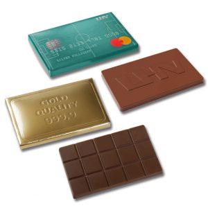 Schoko Täfelchen mit Prägung in 20g Vollmilchschokolade oder Zartbitterschokolade. Die Schokolade wird geprägt nach Wunsch. Die Verpackung kann bedruckt oder auch geprägt werden.