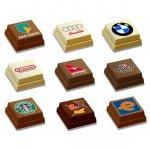 Praline mit Logo bedruckt direkt auf der Schokolade zu 1 Stück in goldener Blisterverpackung mit transparentem Deckel.