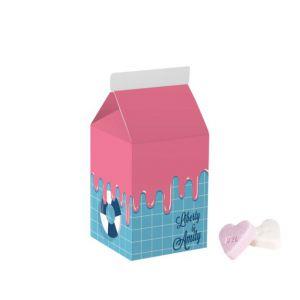 Eine mit Werbung bedruckte kleine Milchverpackung