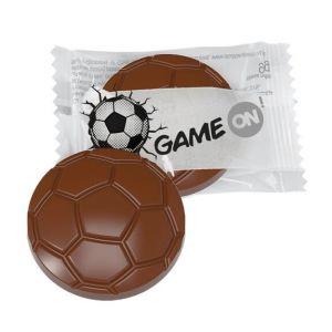 Das Werbegeschenk Fußball mit einem Schokofußball als Fußball Give aways individuell bedruckt auf der Folie.