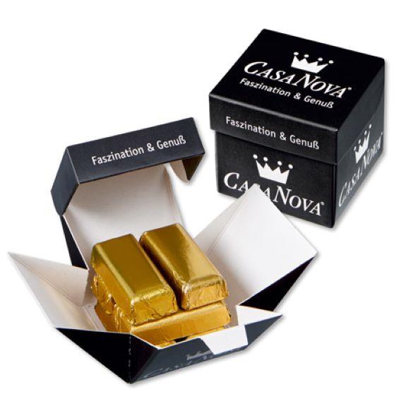 Goldbarren aus Schokolade in goldener Stanniolfolie verpackt im Werbe Würfel aus Karton mit individuellem Druck als Werbeartikel.