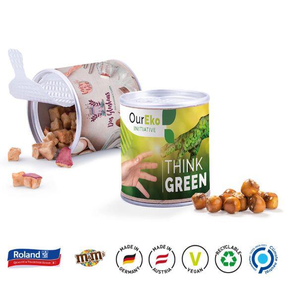 Papierdose mit Aufreißdeckel und gefüllt mit Süßigkeiten wie Honigbienen Bonbons, Pretzel Balls, M&M's Peanuts und Apfel Cubes mit individuellem Druck auf einem Papieretikett als Werbeartikel.